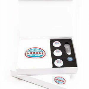Gift box met golfballen, luxe pitchfork, marker en golfhanddoek.